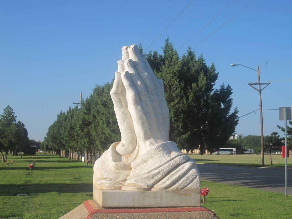 Praying_hands_at_Resthaven_Memorial_Park_in_Lubbock,_TX_IMG_4734